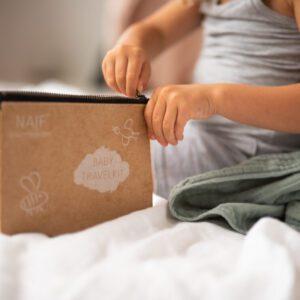 Toiletzakje met daarin 4 producten van Naïf om je kind of baby te verzorgen voor op vakantie
