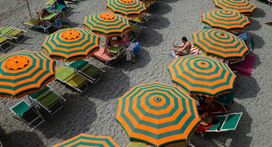 strand met parasols en ligbedden om op te zonnen
